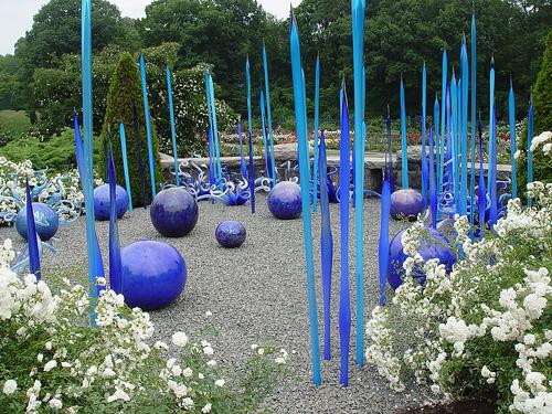 Яркие скульптуры из стекла для декорирования сада.
